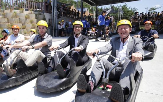 New Zealand envoy enjoys luge ride in Tongyeong