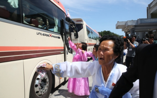 [Photo News] Families bid tearful farewell after promising to see each other soon