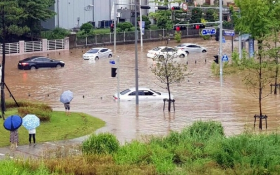 [Photo News] Flash floods turn Daejeon into muddy river