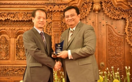 Indonesia gives out awards for enhancing bilateral ties