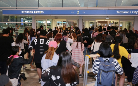 [Photo News] BTS fans take over airport as group leaves for LA