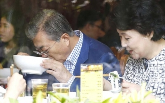 President Moon continues his 'local restaurant diplomacy' in Pyongyang