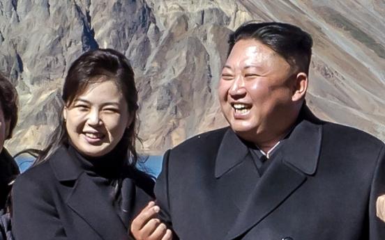 [Photo News] Kim Jong-un and his 'finger heart'