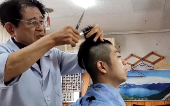 [Trending] Aged barbers' trimming skills impress young customers