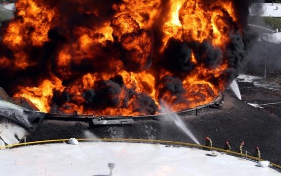 Huge oil tank blaze in Goyang releases toxic fumes