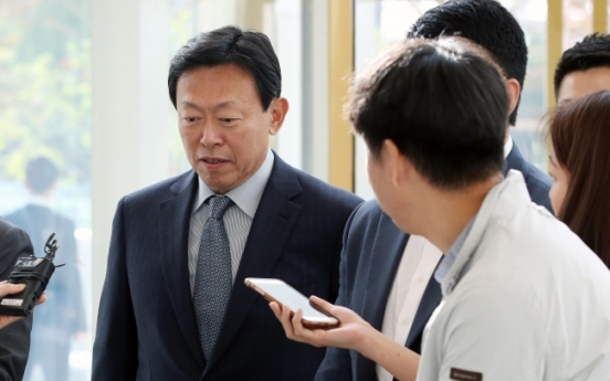 [Newsmaker] Lotte Chairman Shin Dong-bin back at work, scrambles to normalize business