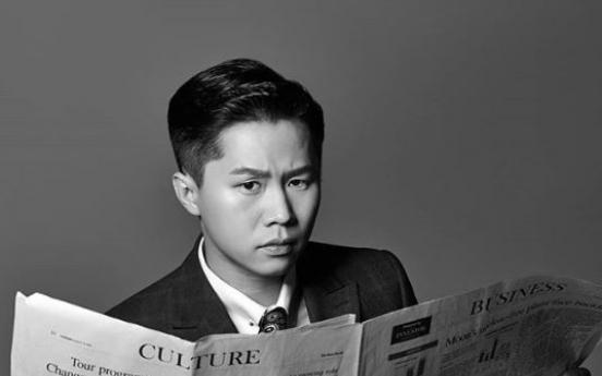 Korean TV stars pose with English newspaper