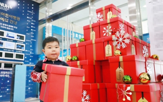 [Photo News] Hanwha Galleria sets up Christmas tree for children under treatment