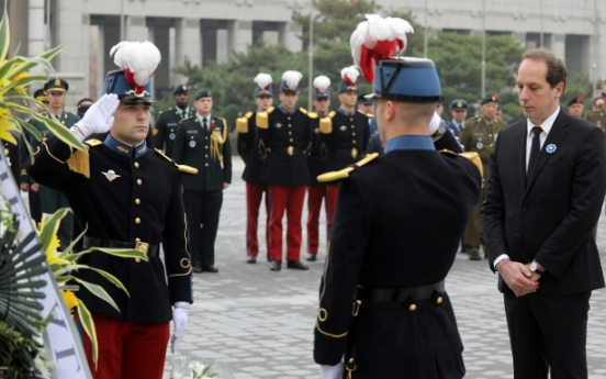 French, foreign envoys honor comrades of WWI