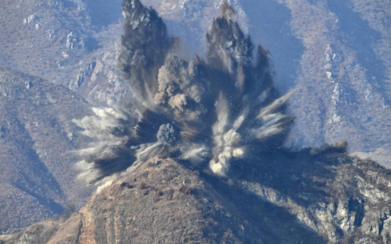 [Video] N. Korea destroys 10 DMZ guard posts