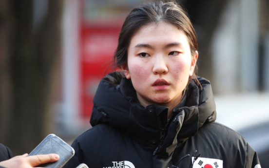 [Newsmaker] Olympic short track champion gives tearful testimony against ex-coach in assault case