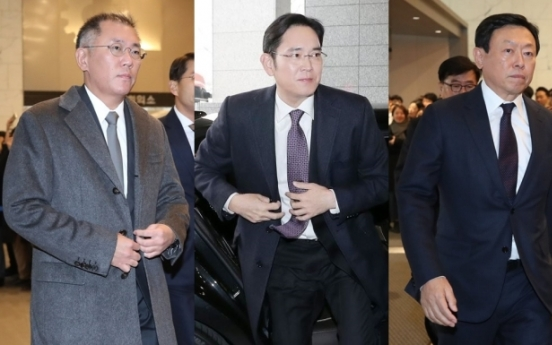 [Photo News] Conglomerate leaders take chartered bus to Blue House to meet with President Moon