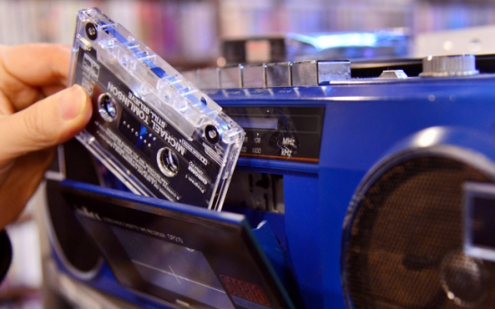 [Eye Plus] Cassette tapes make stand in digital era