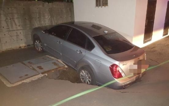 Car plummets into sinkhole in Busan