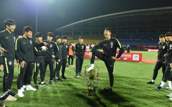우승컵에 소변 보는 시늉 ... 중국대회 우승컵 회수당해