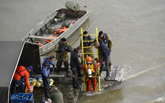 Divers to begin search inside sunken tourist ship in Budapest