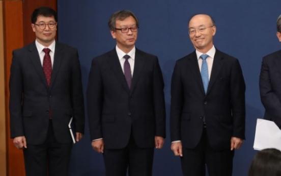Moon reshuffles three top secretaries