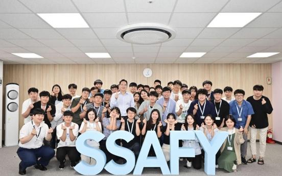 Samsung heir meets software trainees in Gwangju