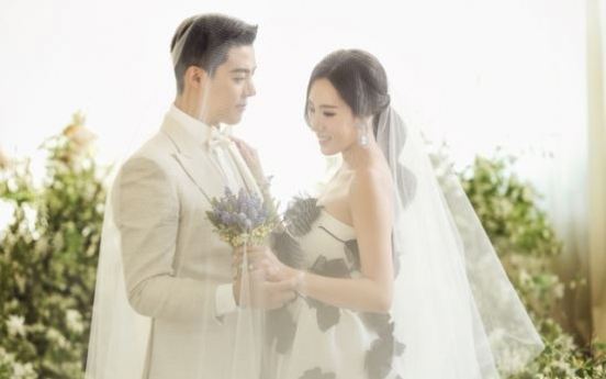 Famed skater Lee Sang-hwa, singer Kangnam get married