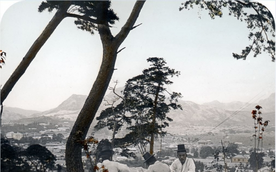 Hungarian surgeon's photos capture dying days of Joseon era