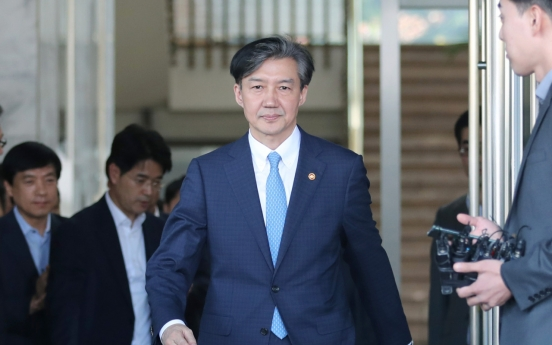 Prosecutors grill ex-Justice Minister Cho Kuk