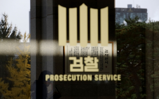 Ex-Justice Minister Cho refuses to answer prosecutors' questions
