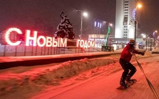 러시아 눈 쌓인 도심 도로서 스노보드 '아찔 질주'