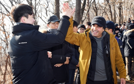 S-Oil CEO, employees participate in New Year's hiking trip