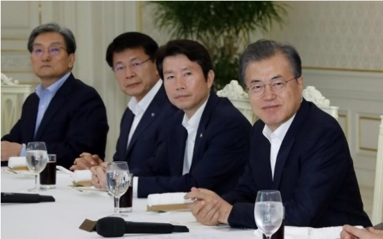 Moon to have dinner with ruling party officials