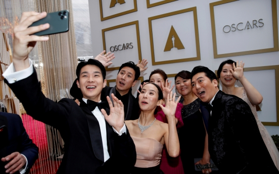 At rain-soaked Oscars, 'Parasite' hopes to upset '1917'