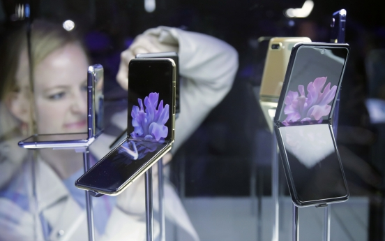 [Newsmaker] Hands-on: What you can do with Galaxy Z Flip when folded