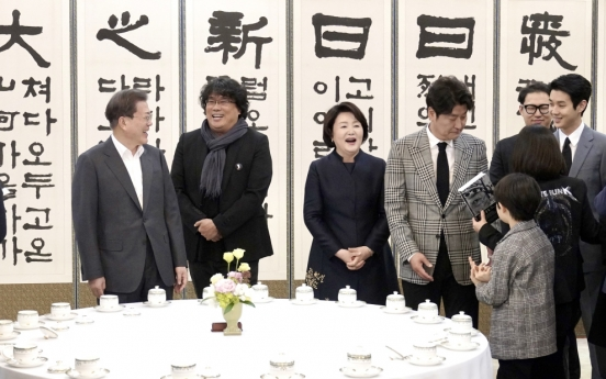 Moon meets Bong Joon-ho, vows govt. efforts against cinema screen monopolies
