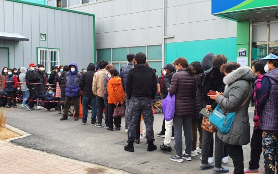 [Newsmaker] Confirmed virus-infected man caught queuing to buy mask