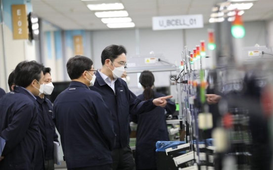 Samsung heir visits smartphone plant in Gumi
