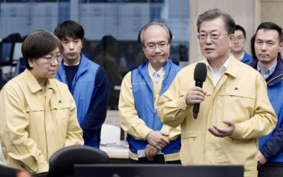 Moon makes first visit to virus control headquarters