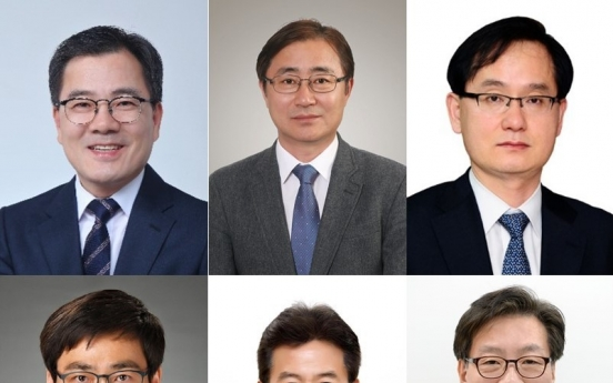 Moon replaces four vice ministers, two Cheong Wa Dae secretaries