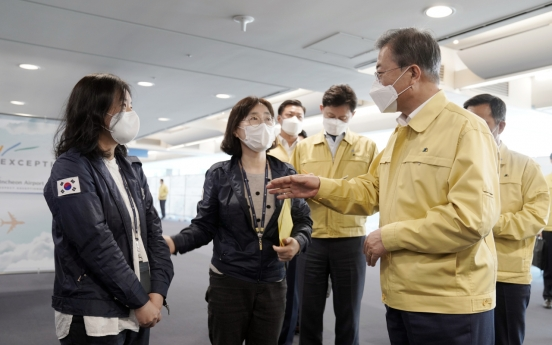 Moon appreciates quarantine workers' service at Incheon airport