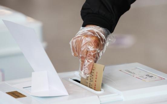 [Photo News] Early voting despite virus fears