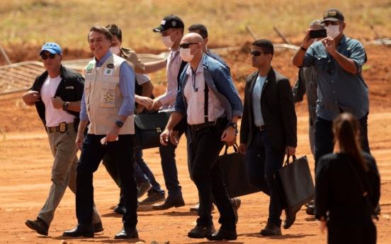 마스크 안쓰고 포옹...'선 넘은' 브라질 대통령