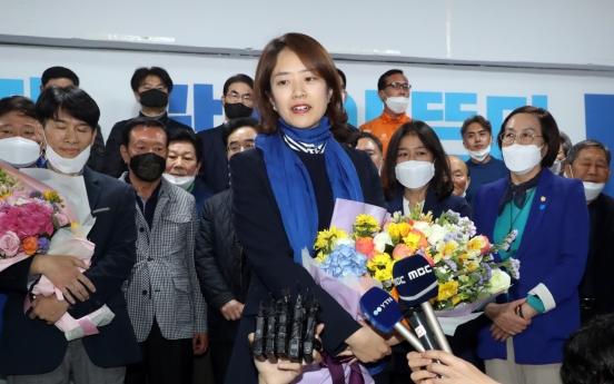 Moon's former spokesperson defeats ex-Seoul Mayor