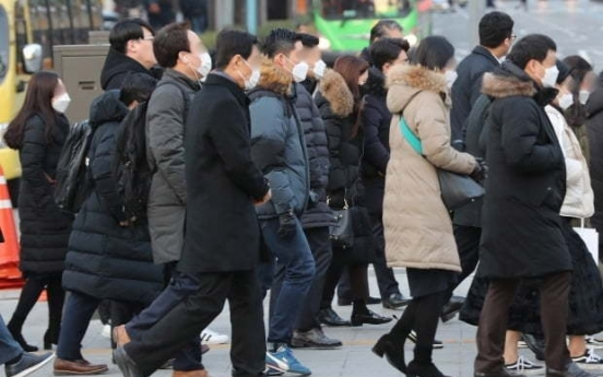 Four out of 10 Koreans suffer pay cut amid pandemic