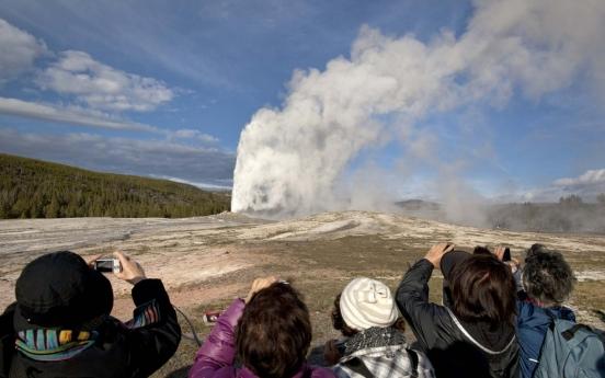 옐로스톤 몰래 들어가 76도 고열 온천에 빠져 화상