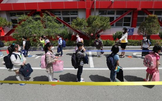 [Photo News] Students return to school amid virus outbreak