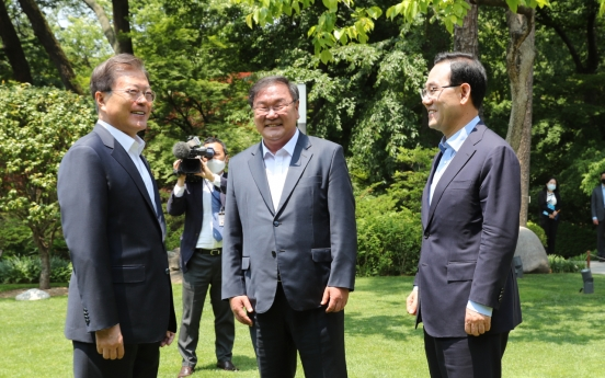 Moon urges 'cooperative politics' in meeting with floor leaders