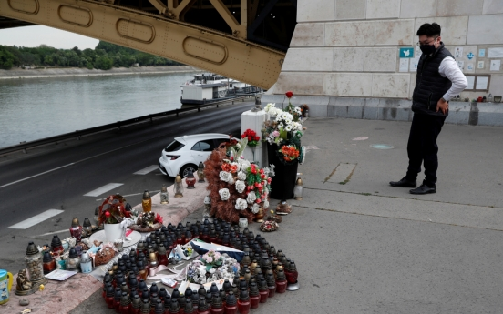 Hungary awards S. Korean rescue officials medals for search efforts in Danube boat sinking