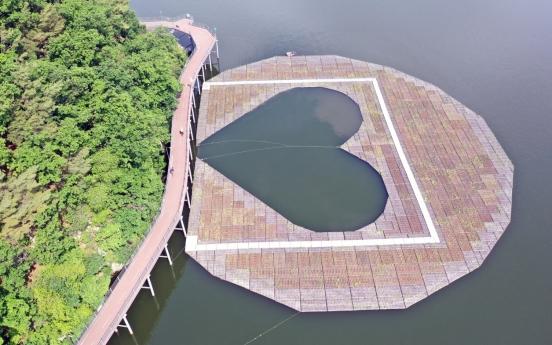 [Photo News] 'Heart-shaped' artificial floating island