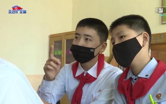 북한 중학교 개학 첫날…학생들 아디다스 마스크 착용
