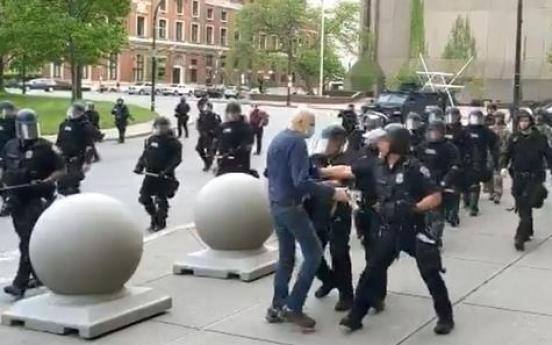 트럼프, 시위중 경찰이 밀쳐 다친 70대 노인에