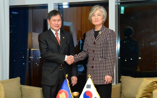 FM discusses coronavirus cooperation with ASEAN chief
