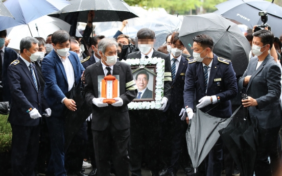Families, friends bid final farewell to Seoul mayor